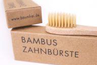 Borsten Bambus Zahnbürste liegt auf umweltfreundlichem Karton