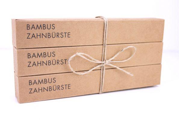 Sechs Bambus Zahnbürsten mit Kordel zu Paket geschnürt