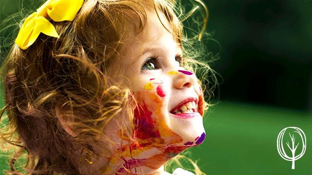 Kind voller Farbe - baumfrei