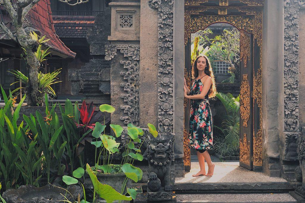 Pia Sophia auf Bali in balinesischer Türe